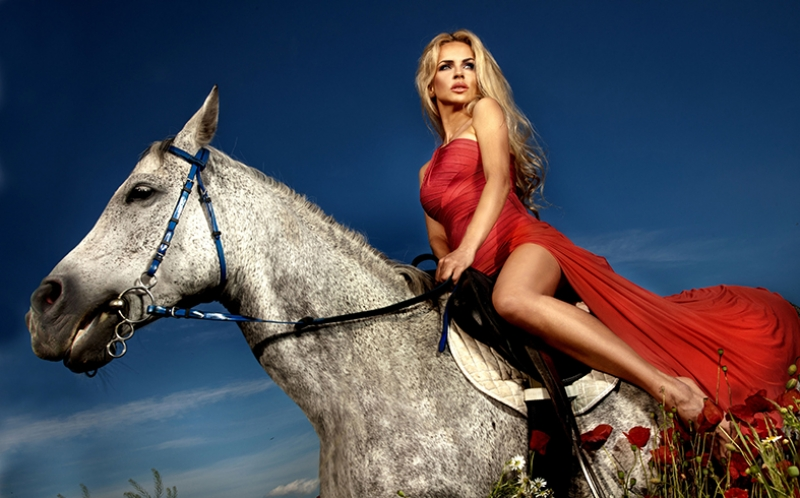 At Binen Kırmızılı Kadın Hayvanlar Kanvas Tablo