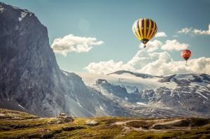 Balon ve Dağ Manzarası Doğa Manzaraları Kanvas Tablo