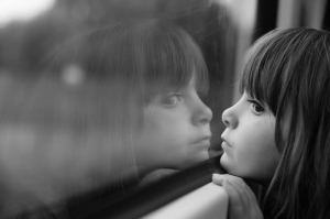 Camdan Dışarıya Bakan Kız Bebek & Çocuk Dünyası Kanvas Tablo