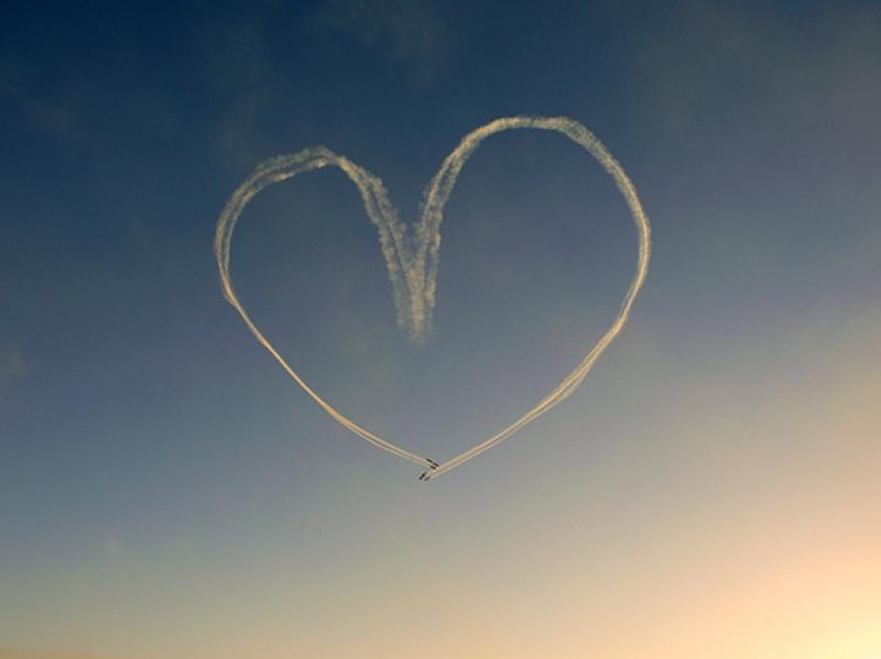 Gökyüzünde Uçan Kalp Duman Aşk & Sevgi Kanvas Tablo
