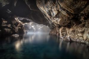 Kayalar İçindeki Göl Doğa Manzaraları Kanvas Tablo