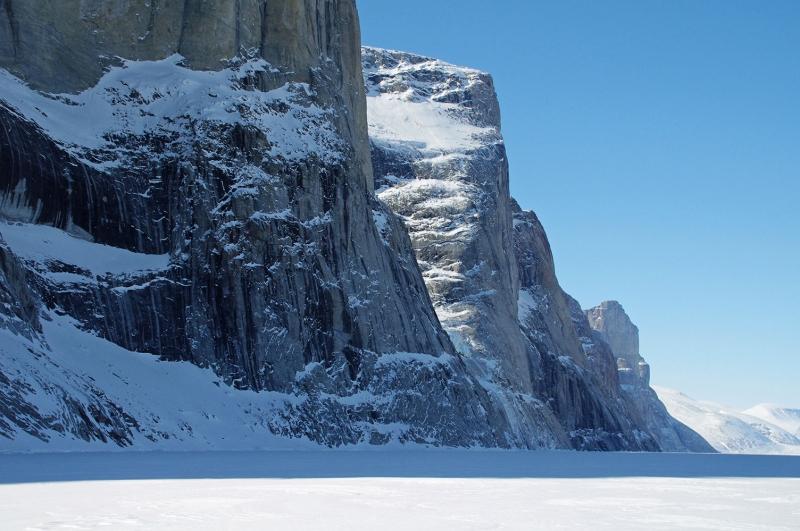 Kış manzarası Karlı Sarp Dik Kayalıklar Doğa Manzaraları Kanvas Tablo