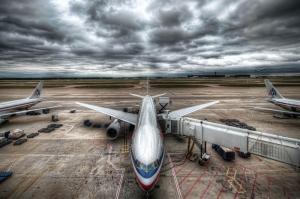 Körüğe Yanaşmış Uçak Araçlar Kanvas Tablo