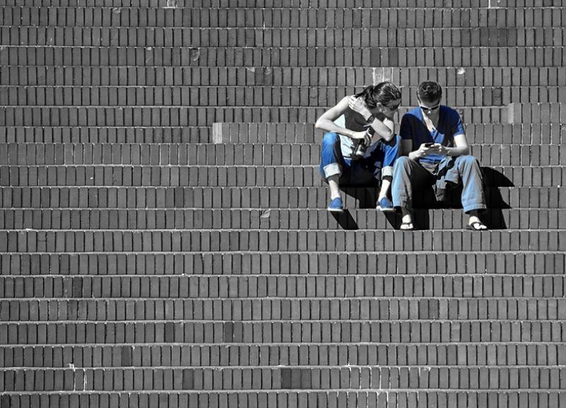 Merdivende Oturan Çift Siyah Beyaz Mavi Aşk & Sevgi Kanvas Tablo