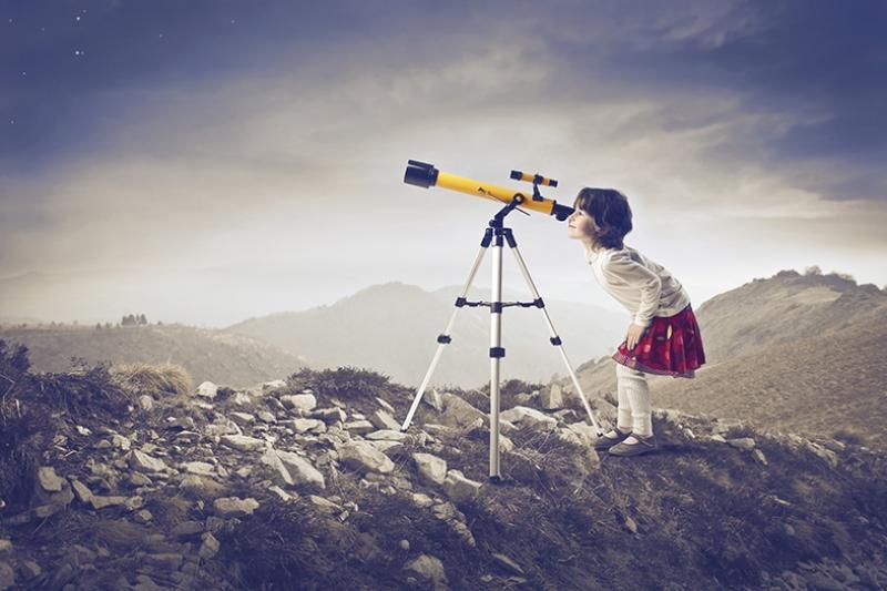 Sevimli Kız ve Teleskop Fotoğraf Kanvas Tablo