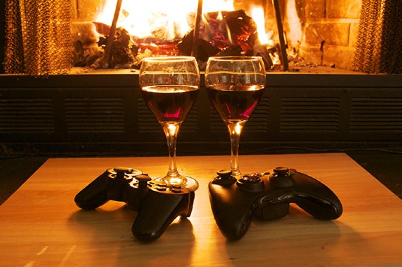 Şömine Ateşinde Aşk, Şarap ve Oyun Aşk & Sevgi Kanvas Tablo