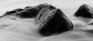 Su ve Kaya Siyah Beyaz Fotoğraf Kanvas Tablo