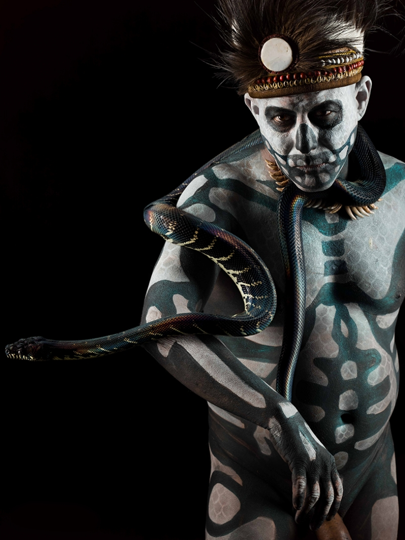 Yerli Adam ve Yılan Fotoğraf Kanvas Tablo